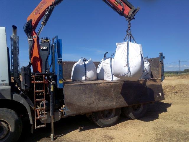 Chargement de big bags de terre végétale. 1 big bag = 1 m3 de terre