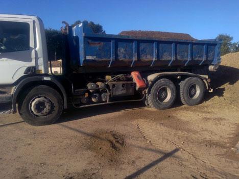 Camion benne grue Scania P400 pour livraison de 10 m3 de terre végétale