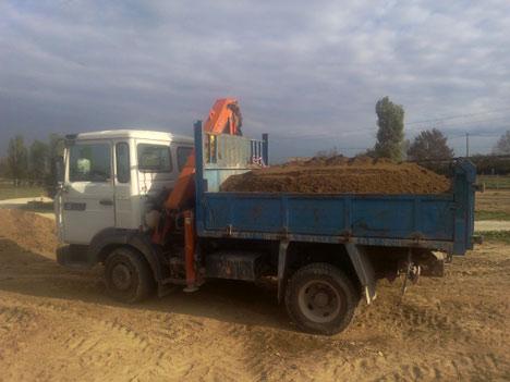 Camion benne grue Renault M200 pour livraison de 4 m3 de terre végétale