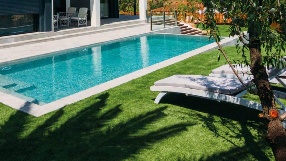 Gazon artificiel autour de la piscine